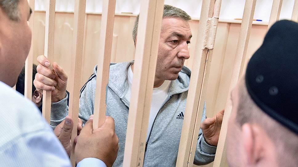 Абдусамаду Гамидову и другим бывшим дагестанским чиновникам следствие инкриминирует многомиллионные хищения бюджетных средств, выделенных на инфраструктурные и социальные проекты
