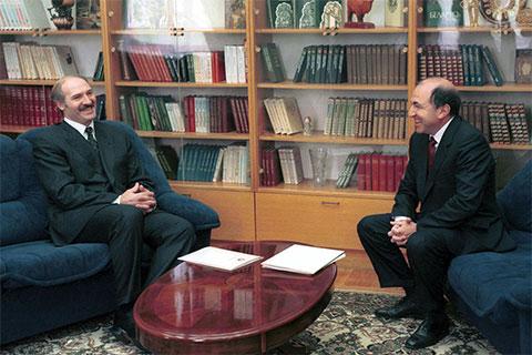 Президент Белоруссии Александр Лукашенко и исполнительный секретарь СНГ Борис Березовский на встрече в Минске, 1998 год