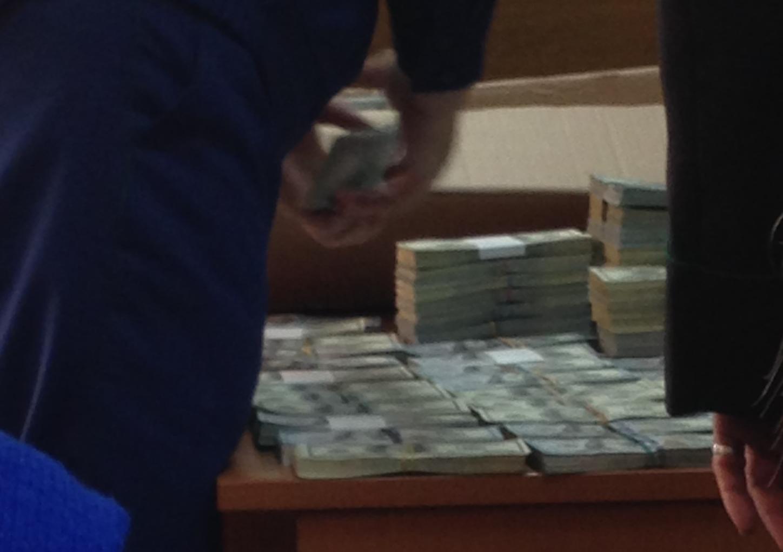На заседании 8 ноября 2017 года прокурор представил суду вещественные доказательства, выложив на стол в несколько стопок и рядов $2 млн