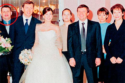 Юрий Рогов на свадьбе Олега Дерипаски (выделен маркером)