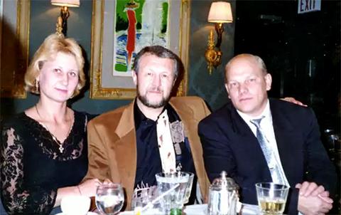 Слева: жена Податева Ирина, Япончик, Владимир Податев