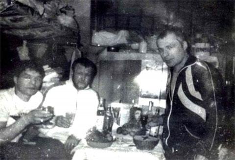 Воры в законе Темури Габуния (Тимур Ванский), Вячеслав Иваньков (Япончик) и Сергей Бойцов (Боец), в Тулунской тюрьме