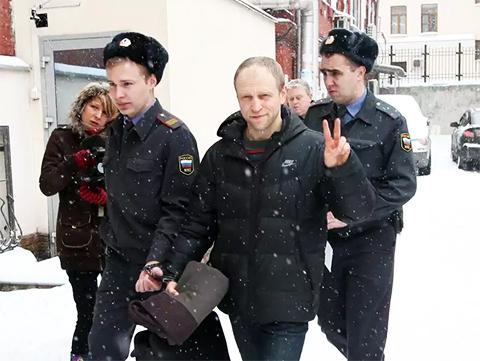 Дмитрий Барановский во время этапирования из СИЗО в зал суда