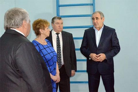 Глава Сычевского района Евгений Орлов (слева) и Сергей Неверов (справа) в Сычевке, 25 ноября 2016 года