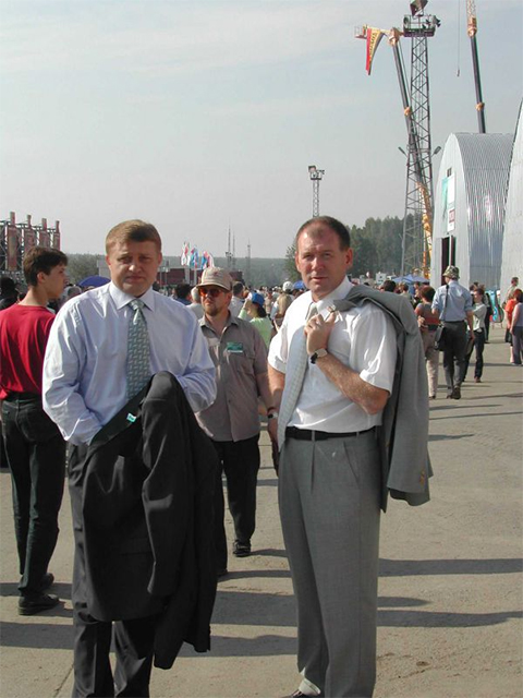 Александр Куковякин и криминальный авторитет Александр Хабаров на выставке вооружений в Нижнем Тагиле