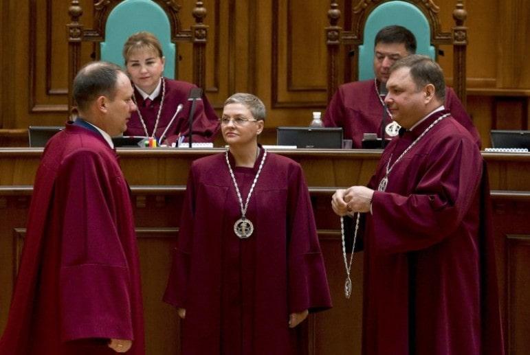 caef6369a15f Согласно Конституции в состав Конституционного суда Украины (КСУ) входят 18  судей. Президент, Верховная Рада и съезд судей Украины назначают по шесть  судей ...