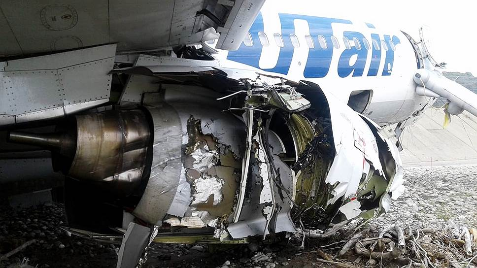 От ударов разрушились стойки шасси и правое крыло, произошло возгорание левого двигателя
