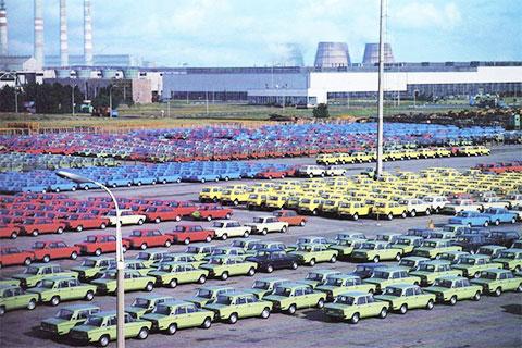 Новые машины на площадках завода