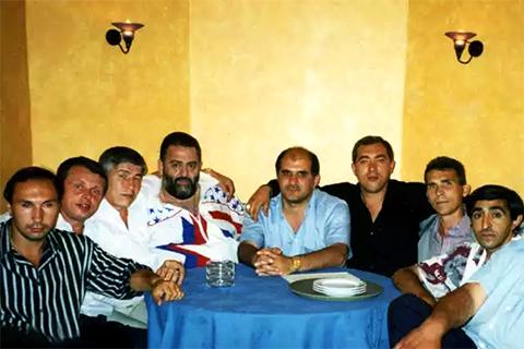 Слева: Алексей Петров (Петрик), Николай Зыков (Якутенок), Михаил Шуфутинский, Мириан Мамедов (Мирон), Юрий Китаев (Китаец) и Василий Тарычев (Тарыч)
